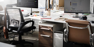 Het eigentijdse Zaal Werkplaatsbureau levert Concept Stock Afbeeldingen