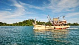 Het eiland en de boot Royalty-vrije Stock Afbeeldingen