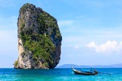 Het eiland en de boot in tropische overzees Stock Foto
