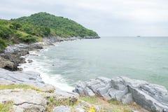 Het eiland en het overzees in de bewolkte dagen royalty-vrije stock foto's