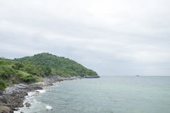 Het eiland en het overzees in de bewolkte dagen stock afbeelding