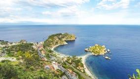 Het eiland en het strand van Isolabella in Taormina, Sicilië, Italië stock videobeelden