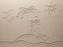 Het eiland met palmen in het overzees wordt getrokken op overzees zand Royalty-vrije Stock Foto's