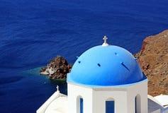 Het eiland Santorini in Griekenland Griekse kerk met blauw dak, overzees Royalty-vrije Stock Afbeelding