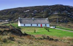 Het eiland van Arran, Donegal, Ierland. Eenzaam huis Stock Afbeeldingen