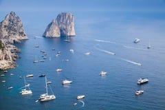 Het Eiland van Capri, Italië Kustlandschap en jachten Royalty-vrije Stock Afbeeldingen