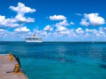 Het eiland van Catalina, Dominicaanse Republiek 05 Februari, 2013: Costa Luminosa-cruiseschip, door Crociere wordt en in werking  Stock Foto's