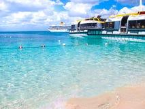 Het eiland van Catalina, Dominicaanse Republiek 05 Februari, 2013: Costa Luminosa-cruiseschip, door Crociere wordt en in werking  Royalty-vrije Stock Fotografie