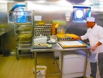 Het eiland van Catalina, Dominicaanse Republiek 05 Februari, 2013: De keuken met platen klaar voor het dienen van diner Stock Afbeelding
