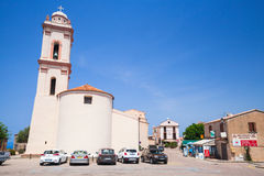Het eiland van Corsica, de mening van de stadsstraat met Katholieke kerk Royalty-vrije Stock Afbeelding