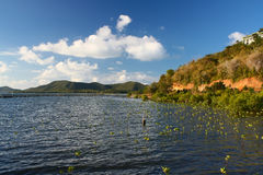 Het eiland van de bestemming in het midden van het overzees. Royalty-vrije Stock Foto's