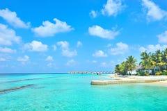 Het eiland van de Maldiven en bewolkte hemel royalty-vrije stock foto's