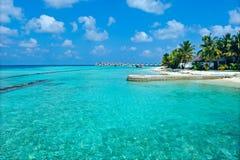 Het eiland van de Maldiven met blauwe overzees Stock Afbeeldingen
