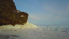Het Eiland van de rotsolkhon van het de winterijs op Meer Baikal in een kleine overzees, luchtfotografie stock videobeelden