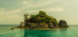 Het eiland van de Zhivopistnyjwoestijn bij oceaan Royalty-vrije Stock Afbeeldingen