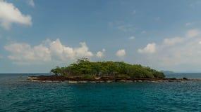 Het eiland van de Zhivopistnyjwoestijn bij oceaan Royalty-vrije Stock Foto's