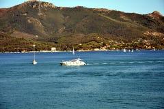Het eiland van Elba, haven, schepen, heuvels, boten, overzees, in Italië, Europa Stock Foto