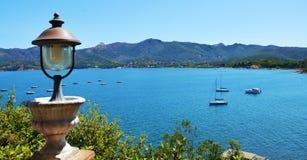 Het eiland van Elba, ijzerlamp, boten, overzees, terras in Italië, Europa Stock Afbeeldingen