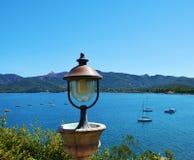 Het eiland van Elba, ijzerlamp, heuvels, schepen, overzees, boten, in Italië, Europa Royalty-vrije Stock Foto