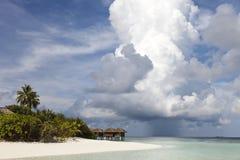 Het eiland van het paradijs en bewolkte hemel Stock Foto