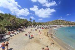 Het eiland van Kreta, Palm Beach Vai, Griekenland - Augustus 24, 2015 Mensen die op het strand zonnebaden Stock Afbeelding