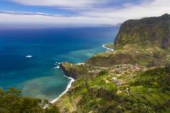 Het eiland van madera, hoogste mening op magnific kust, noordelijke kustlijn, brede hoek Royalty-vrije Stock Foto's