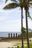 Het eiland van Pasen met palmtrees en standbeelden Stock Afbeelding