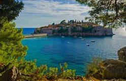 Het eiland van Svetistefan in Budva, Montenegro in het pijnbomenkader Royalty-vrije Stock Afbeeldingen
