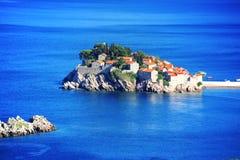 Het eiland van Svetistefan dichtbij stad van Budva, Montenegro Stock Fotografie