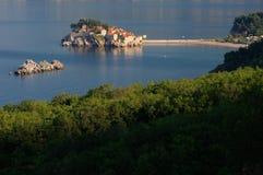 Het eiland van Svetistefan dichtbij stad van Budva, Montenegro op Adriatische kust Stock Afbeelding