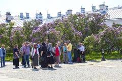 Het eiland van Valaam Gelovigen in de Kathedraal van de Transfiguratie van de Verlosser Lilac tuin stock afbeeldingen