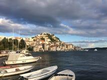 Het eiland Zirje in Dalmatië, gebied in Kroatië, carpbrotus bloeit, de lente op Adriatische kust, royalty-vrije stock foto's