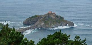 Het eilandje hoogste breed panorama van San Juan de Gaztelugatxe stock fotografie