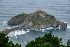 Het eilandje van San Juan de Gaztelugatxe in de oceaan royalty-vrije stock foto's