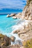 Het Eilandklippen van Lefkada met ruwe overzees en duidelijke bluewgolven Royalty-vrije Stock Foto's