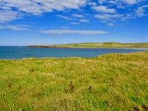Het Eilandkustlijn van Orkney met blauwe hemel royalty-vrije stock foto