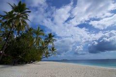 Het eilandmaladives van het dessert met aardige wolken Royalty-vrije Stock Fotografie