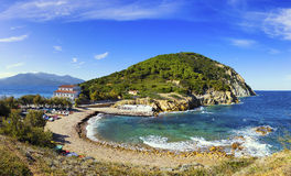 Het eilandoverzees van Elba, het strand en kust T van de landtong van Portoferraio Enfola Stock Afbeelding