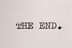 Het eind? dat op een oude schrijfmachine en een oud document wordt geschreven royalty-vrije stock afbeeldingen