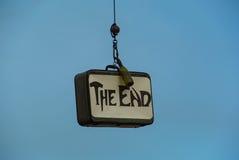 Het eind? dat op een oude schrijfmachine en een oud document wordt geschreven stock foto's
