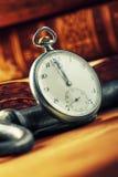 Het eind, het begin van het jaar Oud de vertoningseind van de uiklok van het jaar of de dag Stock Afbeeldingen