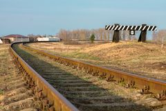 Het eind van de spoorweg fencing Een teken van aandacht stock fotografie