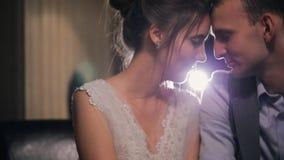 Het eind van huwelijk, de bruid en de bruidegom zitten samen en bewonderen elkaar stock footage