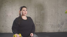 Het einde die snel voedsel eten, gaat binnen voor sport Het mollige meisje weigert ongezonde kost stock video