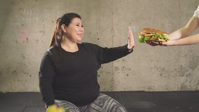 Het einde die snel voedsel eten, gaat binnen voor sport Het mollige meisje weigert ongezonde kost stock videobeelden