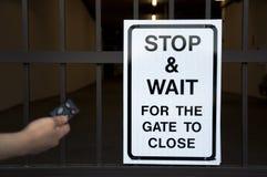 Het einde en wacht teken vóór poort Stock Foto's