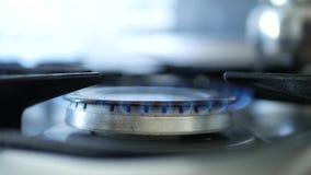 Het einde van de de brandvlam van het kooktoestelfornuis het branden wegens gasafwezigheid stock video