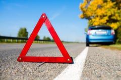 Het einde van de tekennoodsituatie op de blauwe autoachtergrond Stock Foto