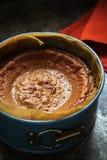 Het eindigen vers bakte karamelkaastaart in cakevorm op een donkere achtergrond royalty-vrije stock afbeeldingen