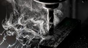 Het eindmolen die van Bridgeport CNC een stapel van staalplaat beëindigen met metaal het indienen spaanders en zware rook royalty-vrije stock fotografie